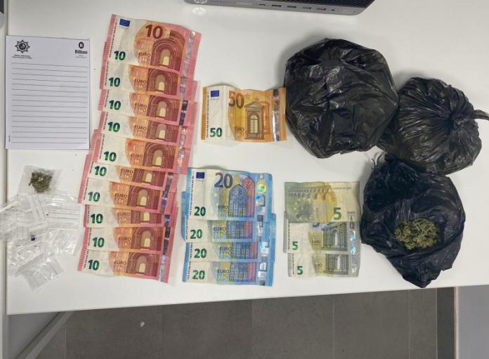 La Policía Municipal de Bilbao detiene a una mujer en Otxarkoaga por tráfico de drogas