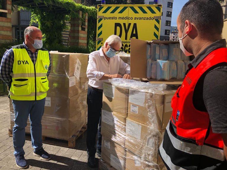 Voluntarios de protección civil reparten 282.000 mascarillas higiénicas en los principales puntos de transporte público colectivo