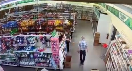 Detenido por limpiarse la nariz en la camiseta de una trabajadora de un supermercado
