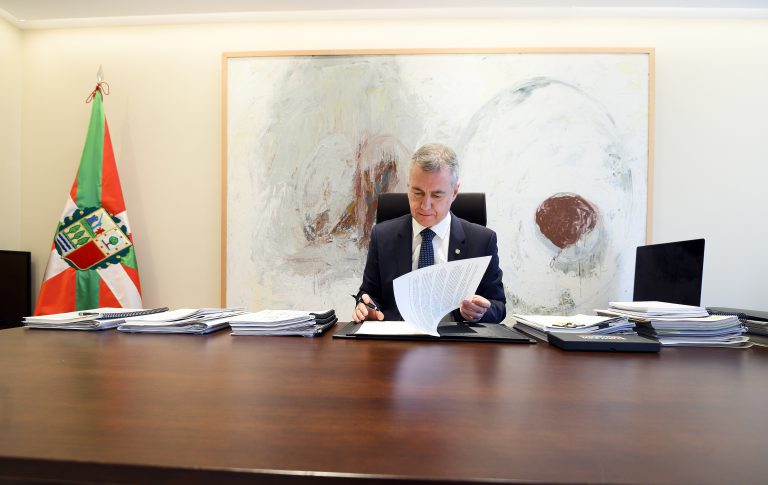 El Lehendakari firma el Decreto por el que se convocan elecciones al Parlamento Vasco