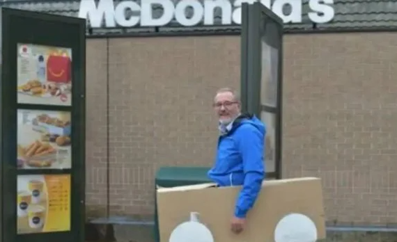 Construye un auto de cartón para que lo atendieran en el McAuto