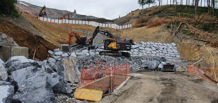 medio-ambiente-construye-un-dique-en-el-vertedero-de-zaldibar-que-permitira-reabrir-los-cuatro-carriles-de-la-ap-8